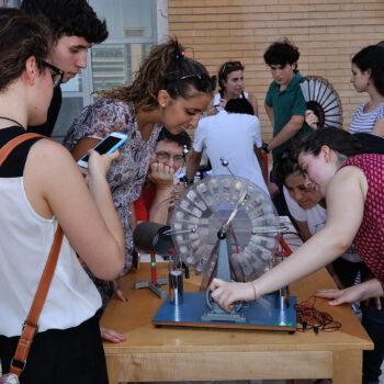 studenti e studentesse fanno un esperimento per lab2go