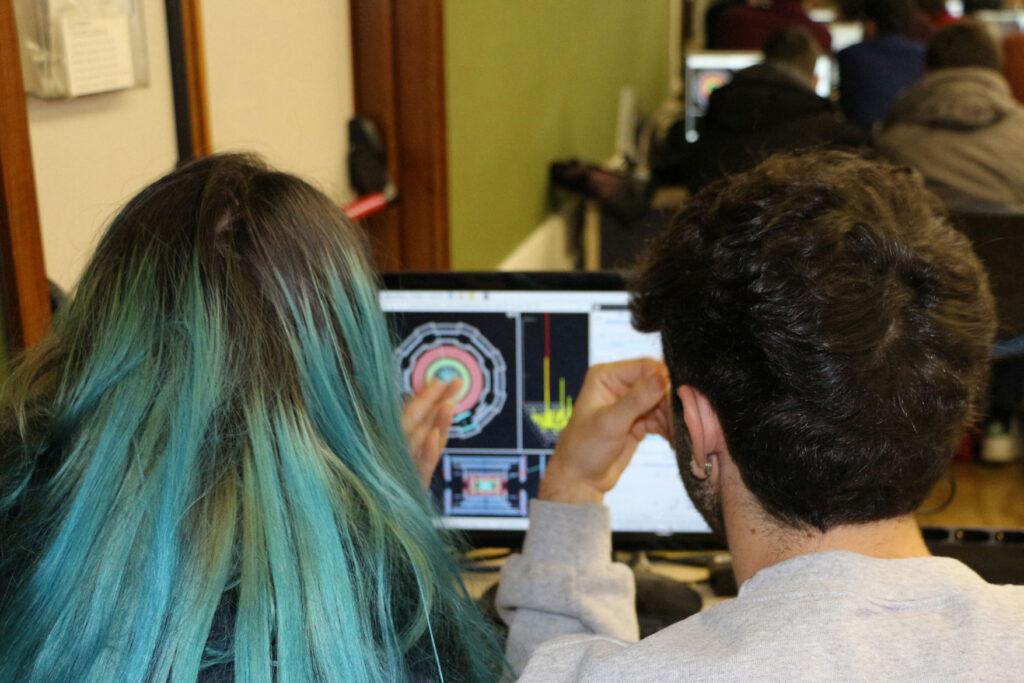 due studenti fanno una simulazione al computer